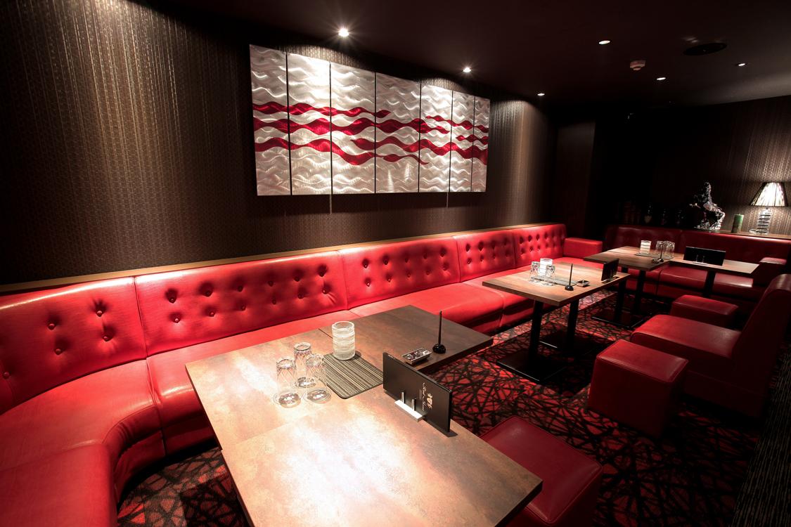 赤いソファーが印象的な沖縄レッドシューズの店内