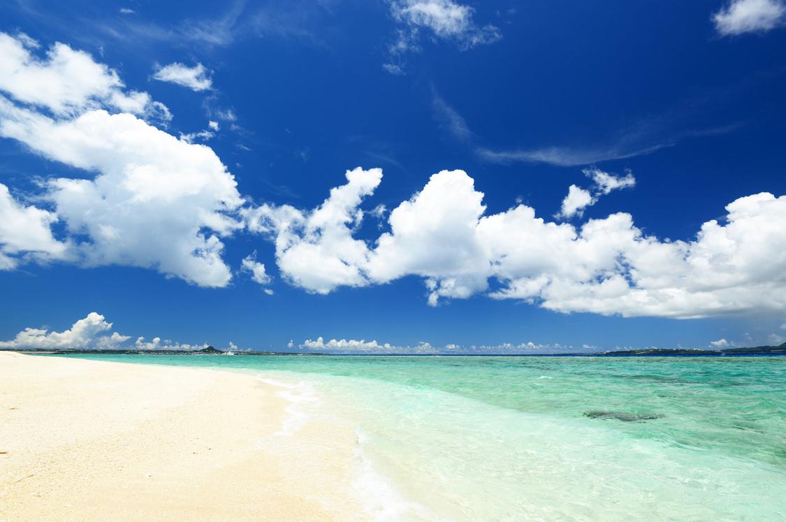 白いビーチと透明度の高い沖縄の海