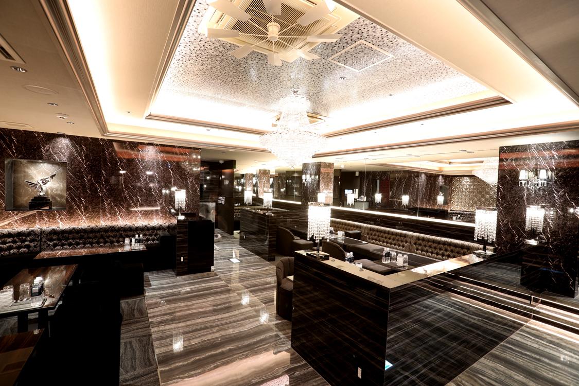 大理石とシャンデリアが綺麗な沖縄ノーブルの店舗内装