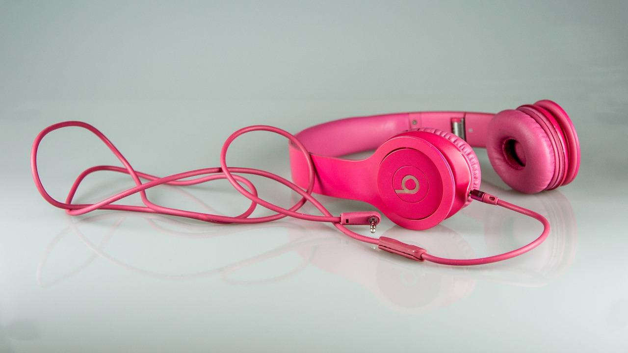 ピンク色のヘッドフォン